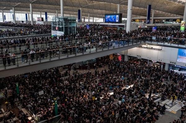Biểu tình tại Hong Kong: Sân bay quốc tế tê liệt, kinh tế bị ảnh hưởng nặng nề - Ảnh 2