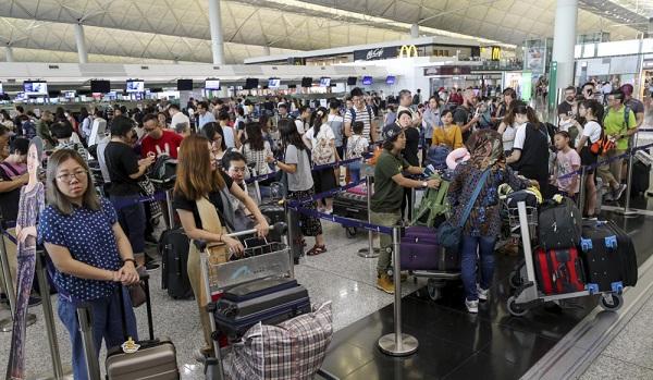 Biểu tình tại Hong Kong: Sân bay quốc tế tê liệt, kinh tế bị ảnh hưởng nặng nề - Ảnh 3