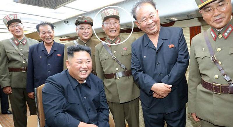 Ông Kim Jong-un phong quân hàm cho 103 nhà khoa học sau khi liên tiếp thử tên lửa - Ảnh 2