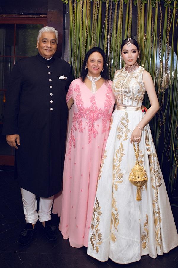Lý Nhã Kỳ diện váy dát vàng, đeo trang sức triệu USD dự sinh nhật của tỷ phú Ấn Độ - Ảnh 4