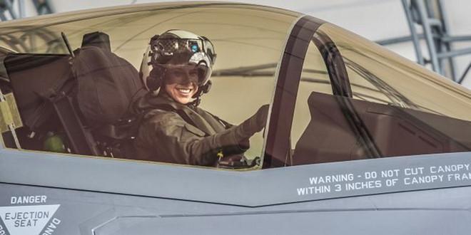 Thủy quân lục chiến Mỹ chính thức có nữ phi công lái tiêm kích F-35 đầu tiên - Ảnh 2