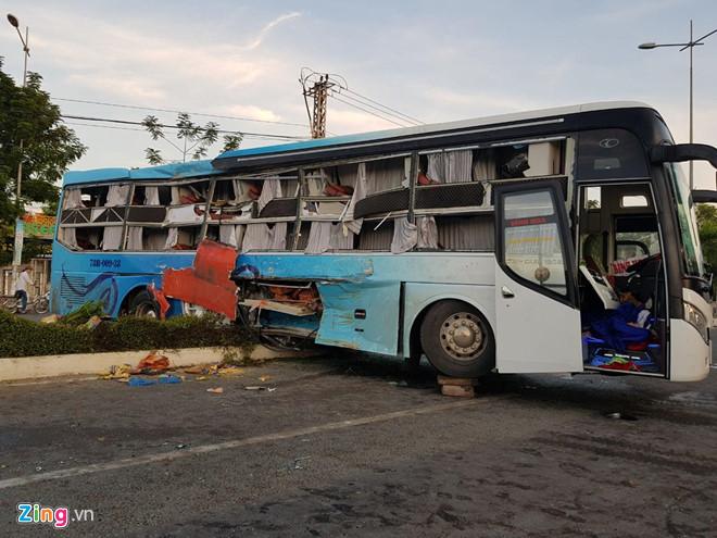 Khánh Hòa: Hai xe khách tông nhau khiến một người tử vong, hàng chục người bị thương - Ảnh 1