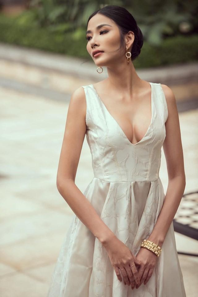 Hoàng Thùy khiến người hâm mộ tranh cãi vì nghi án nâng ngực trước ngày thi Miss Universe 2019 - Ảnh 1