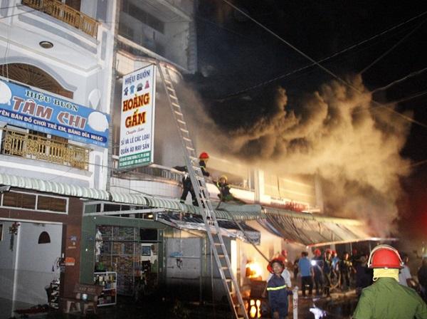 Cà Mau: Cháy chợ đầu mối, hàng trăm người dân tháo chạy trong đêm - Ảnh 2