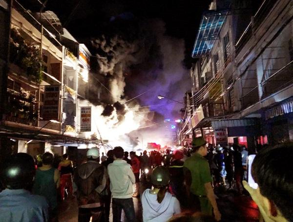 Cà Mau: Cháy chợ đầu mối, hàng trăm người dân tháo chạy trong đêm - Ảnh 3