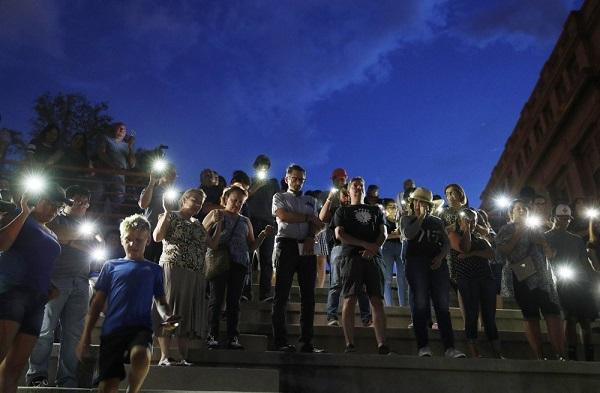 Mỹ treo cờ rủ 5 ngày tưởng niệm các nạn nhân trong hai vụ xả súng kinh hoàng - Ảnh 2