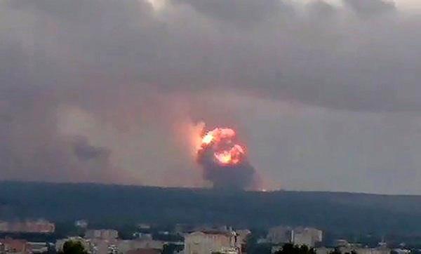 Cận cảnh vụ nổ kho đạn pháo lớn của Nga, ít nhất 8 người thương vong - Ảnh 3