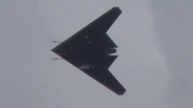 Tin tức quân sự mới nóng nhất hôm nay 8/8: 'Thợ săn' Sukhoi S-70 Nga tung cánh lần đầu tiên - Ảnh 1