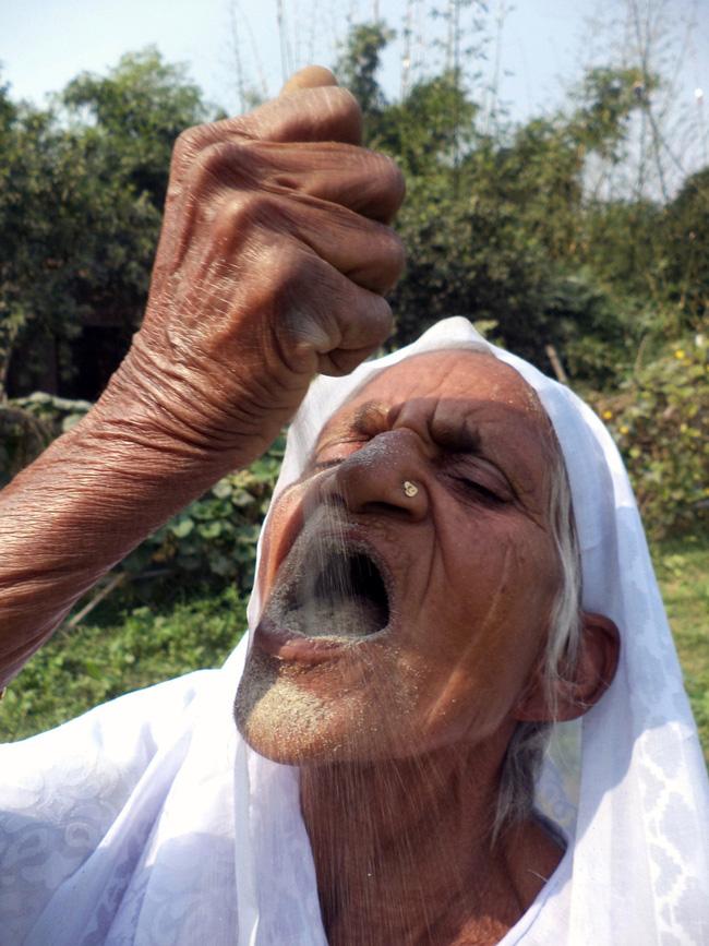 Ngạc nhiên cụ bà 80 tuổi ăn cát thay cơm trong suốt 65 năm  - Ảnh 1