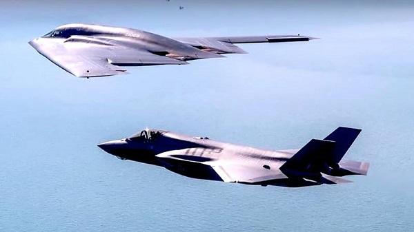 Máy bay ném bom tàng hình B-2 Spirit của Mỹ tập trận gần biên giới Nga - Ảnh 1