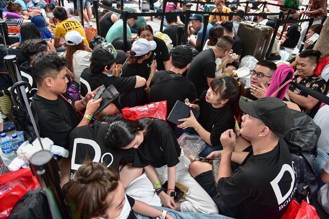 """Hàng trăm """"thợ săn"""" iPhone 11 đổ xô về Singapore, xếp hàng trước cửa Apple Store - Ảnh 2"""