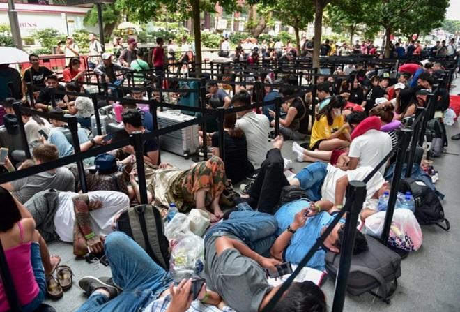 """Hàng trăm """"thợ săn"""" iPhone 11 đổ xô về Singapore, xếp hàng trước cửa Apple Store - Ảnh 3"""
