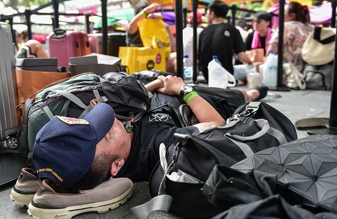 """Hàng trăm """"thợ săn"""" iPhone 11 đổ xô về Singapore, xếp hàng trước cửa Apple Store - Ảnh 5"""