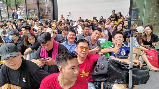 """Hàng trăm """"thợ săn"""" iPhone 11 đổ xô về Singapore, xếp hàng trước cửa Apple Store - Ảnh 6"""