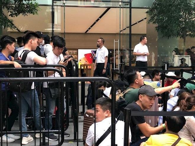 """Hàng trăm """"thợ săn"""" iPhone 11 đổ xô về Singapore, xếp hàng trước cửa Apple Store - Ảnh 8"""