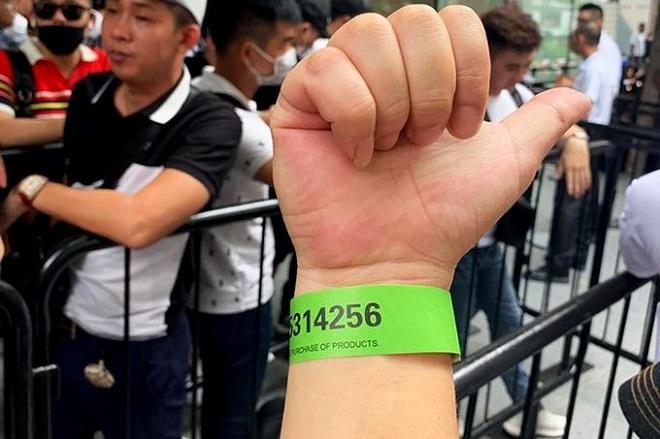 """Hàng trăm """"thợ săn"""" iPhone 11 đổ xô về Singapore, xếp hàng trước cửa Apple Store - Ảnh 7"""