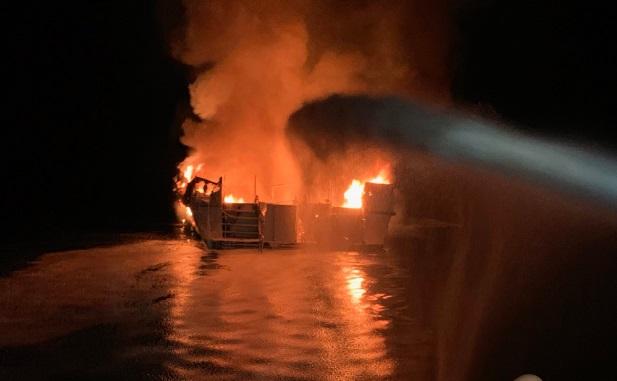 Cháy tàu du lịch Mỹ, 8 người thiệt mạng, hàng chục người mất tích - Ảnh 1