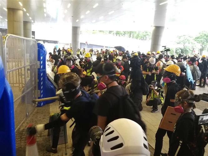 Bắt giữ 159 người dính líu bạo lực trong vụ biểu tình quy mô lớn tại Hong Kong - Ảnh 1
