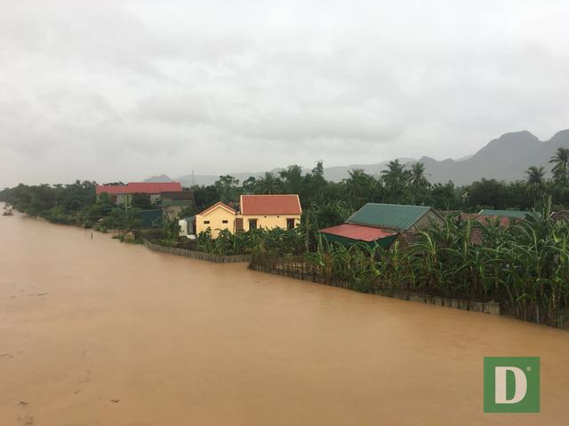 Quảng Bình: Xót xa cảnh lũ dâng cao, hàng nghìn ngôi nhà chìm trong biển nước - Ảnh 2