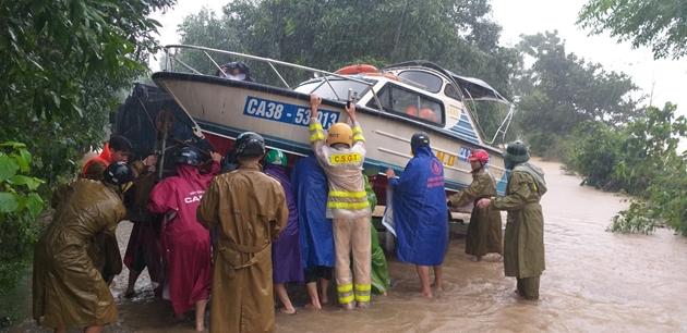 Quảng Bình: Xót xa cảnh lũ dâng cao, hàng nghìn ngôi nhà chìm trong biển nước - Ảnh 8