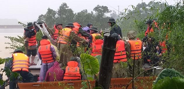 Quảng Bình: Xót xa cảnh lũ dâng cao, hàng nghìn ngôi nhà chìm trong biển nước - Ảnh 9