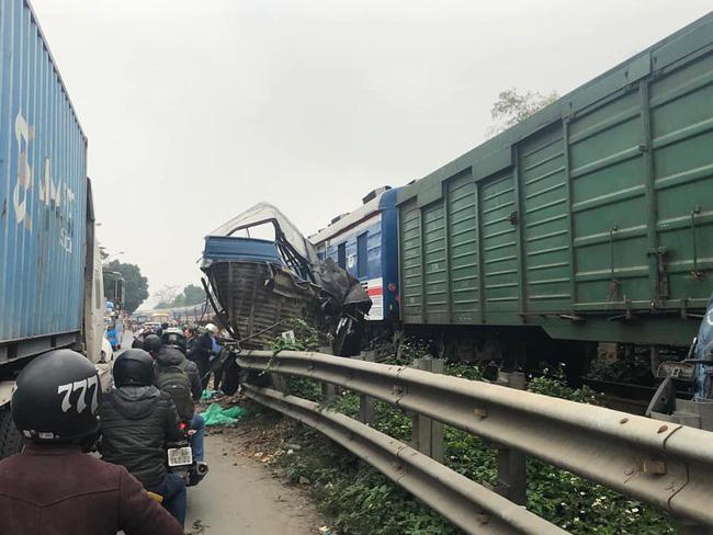 Hà Nội: Tàu hỏa tông nát ô tô chở cá, tài xế nguy kịch - Ảnh 2