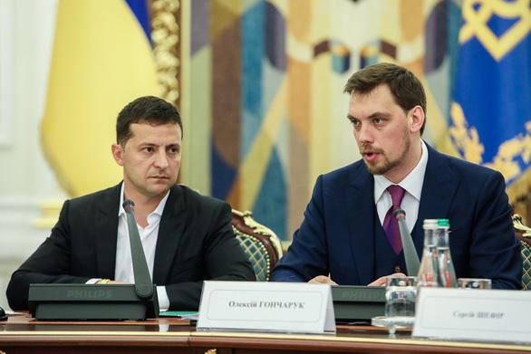 Bị cáo buộc nói xấu sau lưng tổng thống, thủ tướng Ukraine viết đơn từ chức - Ảnh 1