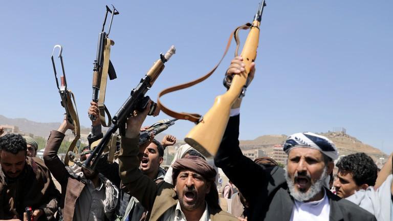 Phiến quân Houthi tấn công bất ngờ khiến ít nhất 60 người thiệt mạng - Ảnh 1