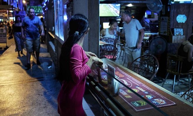 Cuộc sống tuyệt vọng của các cô gái hành nghề mại dâm tại khu đèn đỏ ở Philippines - Ảnh 3
