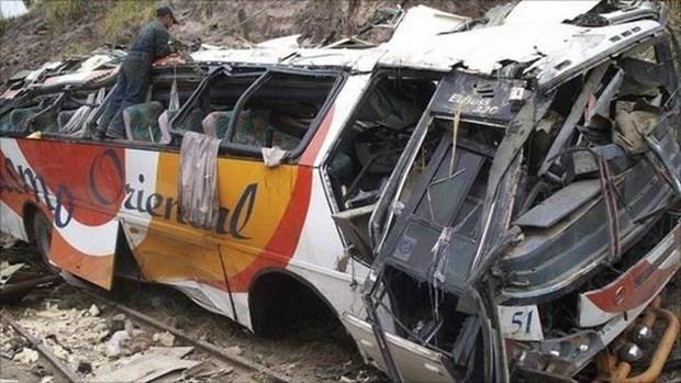 Xe buýt mất lái, đâm liên hoàn hai xe tải khiến 16 người thương vong - Ảnh 1