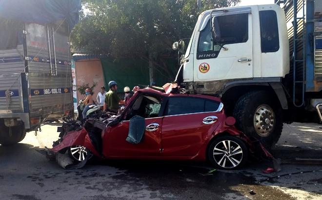 Video: Lạnh người khoảnh khắc xe tải tông bẹp dúm ô tô đang chờ đèn đỏ  - Ảnh 1