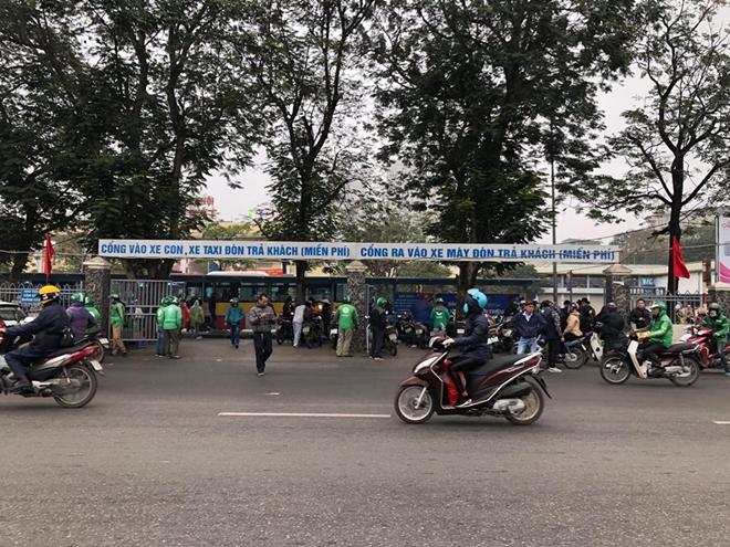 Khung cảnh vắng vẻ lạ thường tại các bến xe khách Hà Nội những ngày giáp Tết  - Ảnh 11
