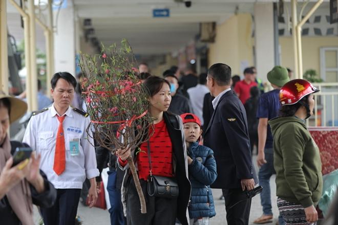 Khung cảnh vắng vẻ lạ thường tại các bến xe khách Hà Nội những ngày giáp Tết  - Ảnh 4