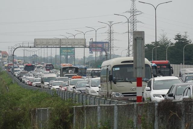 Người dân đồ về Hà Nội sau kì nghỉ Tết, cao tốc Pháp Vân - Cầu Giẽ ùn tắc kéo dài - Ảnh 2