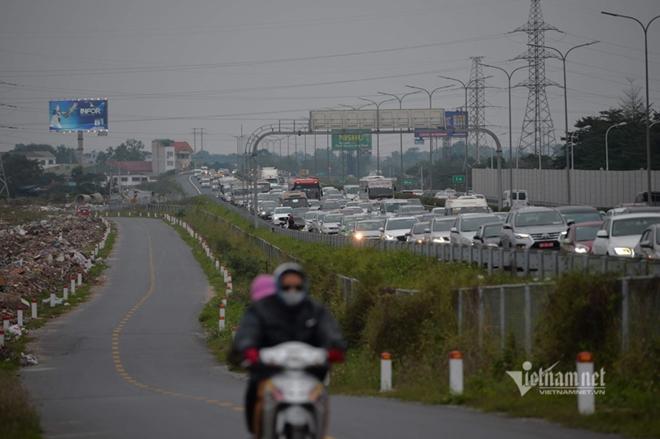 Người dân đồ về Hà Nội sau kì nghỉ Tết, cao tốc Pháp Vân - Cầu Giẽ ùn tắc kéo dài - Ảnh 7