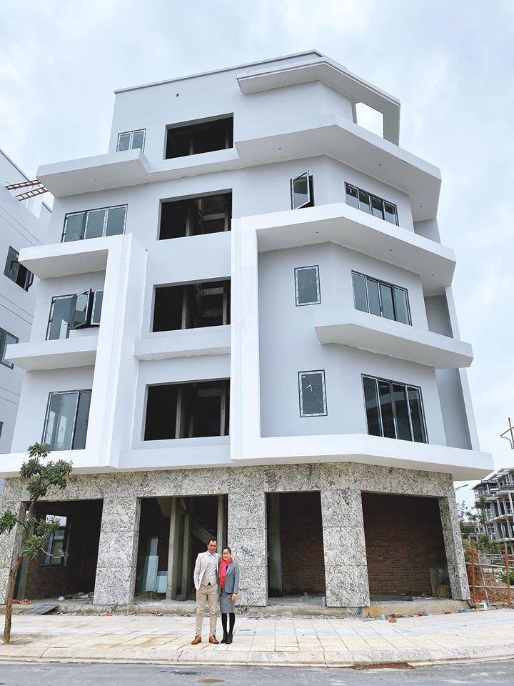 Hòa Minzy xây nhà 5 tầng, 2 mặt tiền tặng bố mẹ - Ảnh 1