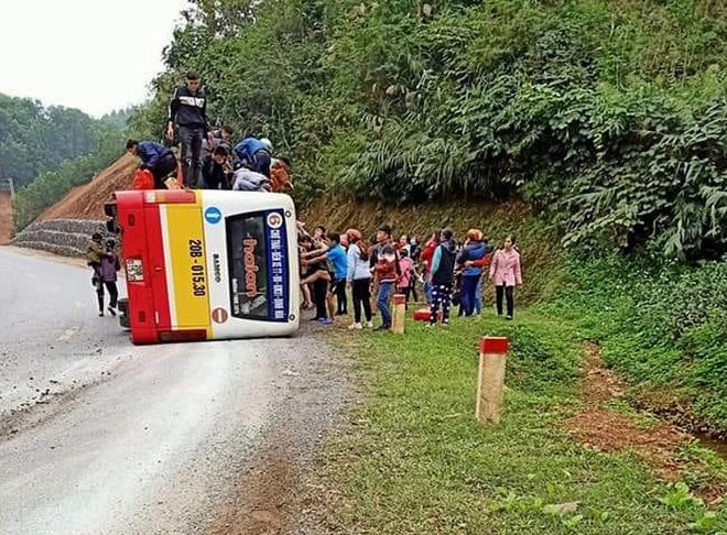 Thái Nguyên: Lật xe buýt, hành khách hoảng loạn đập cửa kính thoát thân - Ảnh 1