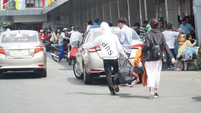 Người dân bắt đầu đổ về TP HCM sau kỳ nghỉ Tết Nguyên đán - Ảnh 4