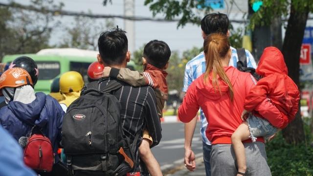 Người dân bắt đầu đổ về TP HCM sau kỳ nghỉ Tết Nguyên đán - Ảnh 5