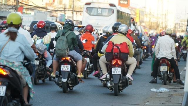 Người dân bắt đầu đổ về TP HCM sau kỳ nghỉ Tết Nguyên đán - Ảnh 6