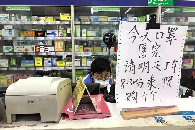 Người dân Trung Quốc đổ xô đi mua khẩu trang giữa dịch corona, xếp hàng từ 4h vẫn không mua được - Ảnh 2