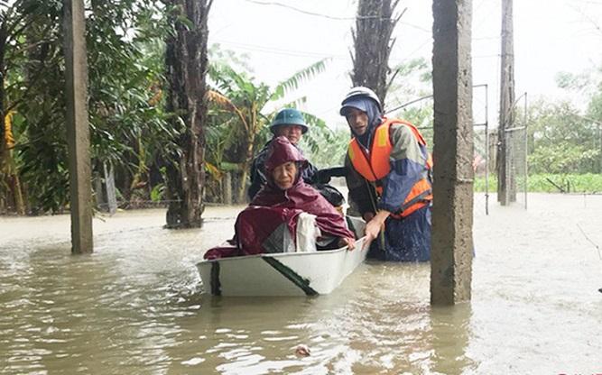 Hà Tĩnh: Nước lũ dâng cao, khẩn cấp sơ tán hơn 45.000 người dân - Ảnh 1