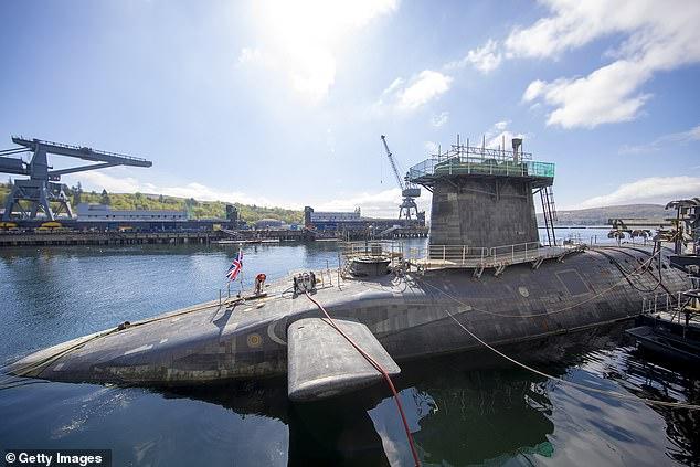 Sĩ quan Anh say xỉn định cho tháo dỡ 16 tên lửa hạt nhân trên tàu ngầm HMS Vigilant - Ảnh 1