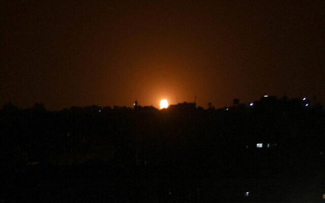 Máy bay Israel dội hỏa lực không kích Dải Gaza đáp trả vụ tấn công bằng rocket - Ảnh 1