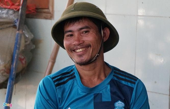 Cảm phục người đàn ông chèo thuyền vượt lũ đưa hơn 300 người dân thoát nạn - Ảnh 1
