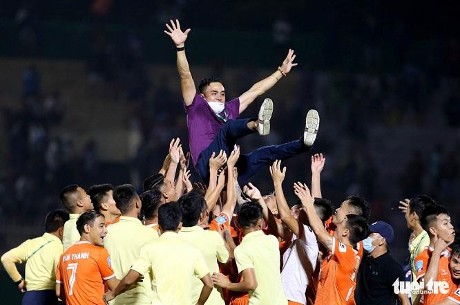 Thắng Phố Hiến, Bình Định vỡ òa vui sướng, ăn mừng thăng hạng V-League sau 12 năm chờ đợi - Ảnh 2
