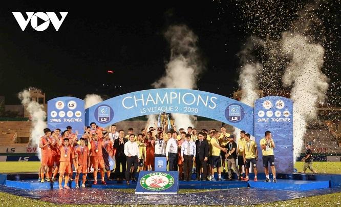 Thắng Phố Hiến, Bình Định vỡ òa vui sướng, ăn mừng thăng hạng V-League sau 12 năm chờ đợi - Ảnh 4