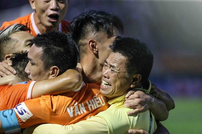 Thắng Phố Hiến, Bình Định vỡ òa vui sướng, ăn mừng thăng hạng V-League sau 12 năm chờ đợi - Ảnh 5