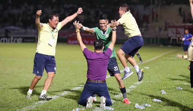 Thắng Phố Hiến, Bình Định vỡ òa vui sướng, ăn mừng thăng hạng V-League sau 12 năm chờ đợi - Ảnh 6