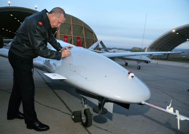 """UAV vũ trang của Thổ Nhĩ Kỳ gieo """"ác mộng"""" kinh hoàng, phá nát mục tiêu trên khắp các trận địa - Ảnh 1"""